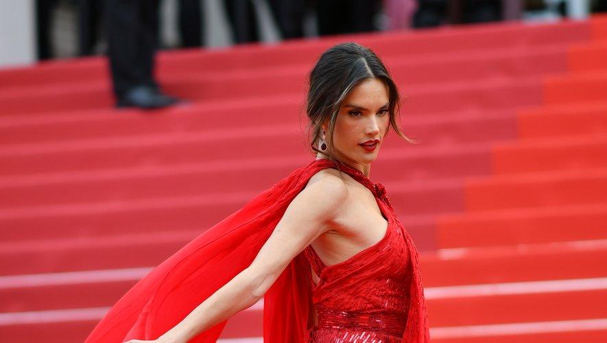 Alessandra Ambrosio a fait grimper la température d'un cran à Cannes, s'illustrant dans une robe d'un rouge flamboyant signée Julien X Gabriela (Julien Macdonald et Gabriela Gonzalez). Cannes, le 15 mai 2019.
