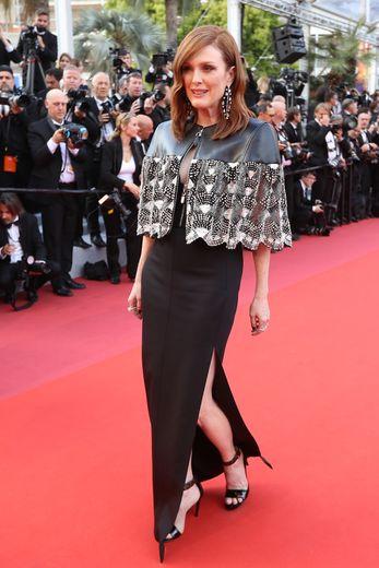 Julianne Moore a brillé pour sa deuxième montée des marches, dans une robe d'un chic absolu, agrémentée d'une mini cape, signées Louis Vuitton. Cannes, le 15 mai 2019.