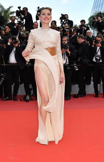 Transparence, scintillance, et ceinture XXL : c'est la tenue Claes Iversen choisie par Amber Heard pour monter les marches du Palais des festivals. Cannes, le 15 mai 2019.