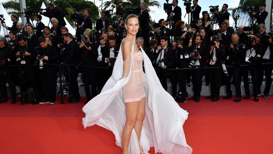 Nadine Leopold a choisi une tenue angélique composée d'un ensemble caraco et short, agrémentée d'une longue cape blanche transparente. Cannes, le 15 mai 2019.