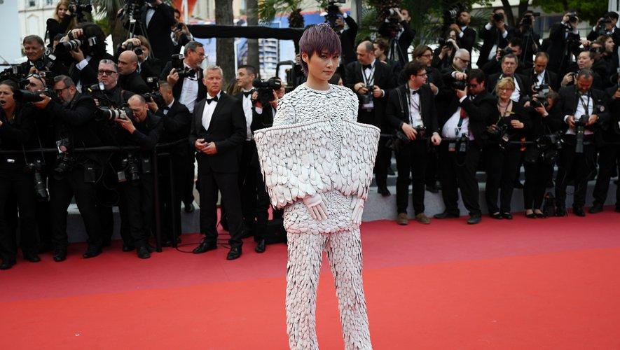 La chanteuse Li Yuchun se démarque dans un spectaculaire costume confectionné par Balmain Couture. Cannes, le 15 mai 2019.