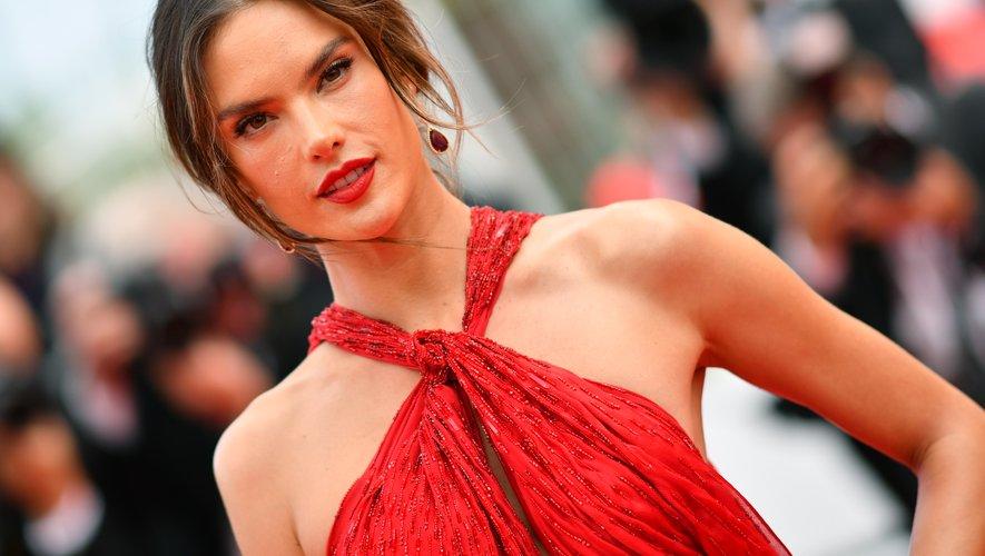Le top-model brésilien Alessandra Ambrosio a opté pour un rouge à lèvres rouge vif assorti à sa robe dos-nu, mais elle a tempéré le tout avec une coupe floue et une mise en beauté discrète. 15 mai 2019