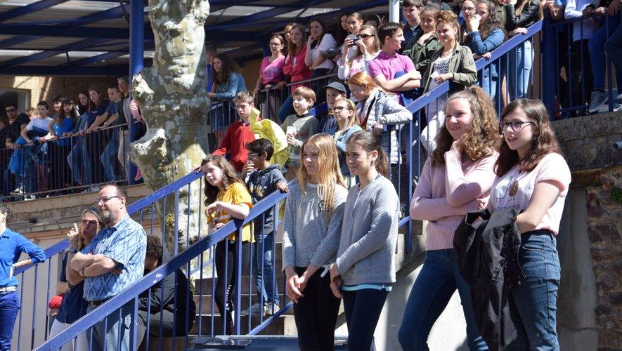 Les élèves devant le défilé de Louise.