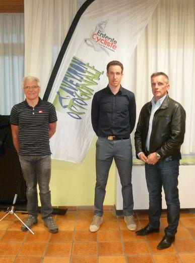 Alexandre Geniez, parrain de l'Octogonale entouré de Franck Pinot, président de l'Entente cycliste et du maire, Jean-Philippe Sadoul.