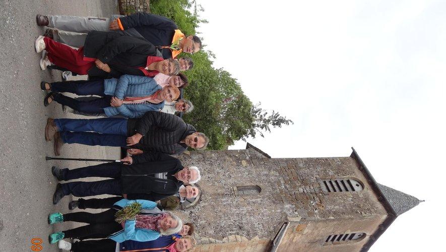 Les marcheurs auriacois devant l'église de Mondalazac avec Alain Gaubert ayant cueilli une botte de « respounchous ».
