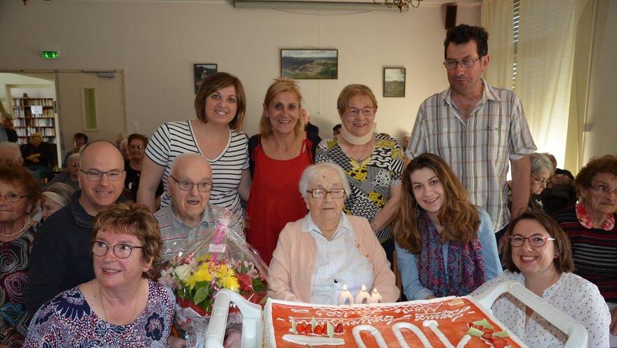La centenaire entourée des membres de sa famille, des résidents, personnels de l'Ehpad et membres du CCSA.