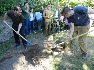 Pour marquer l'inauguration du jardin, un pommier a été planté, chacun mettant sa pelletée de terre.