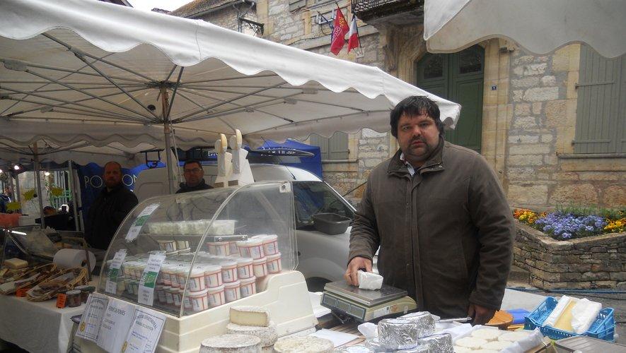 Frédéric Fabre derrière son étal de fromages.
