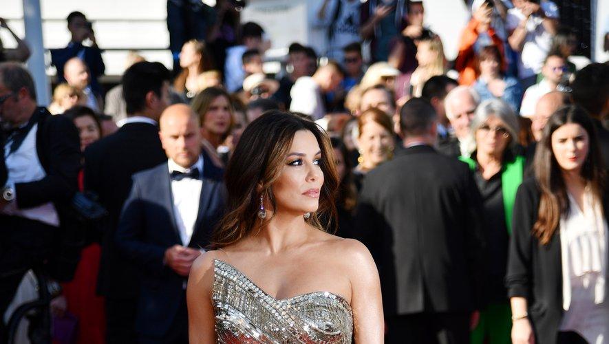 Eva Longoria a fait une arrivée remarquée sur le tapis rouge de la Croisette dans une robe asymétrique entièrement brodée, couleur or, signée Cristina Ottaviano. Cannes, le 16 mai 2019.