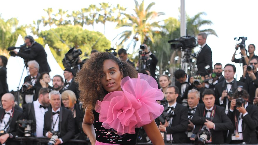Gelila Bekele a illuminé le tapis rouge cannois dans une robe rose brillant, agrémenté d'un frou-frou en tulle au niveau de l'épaule, signée Armani Privé. Cannes, le 16 mai 2019.