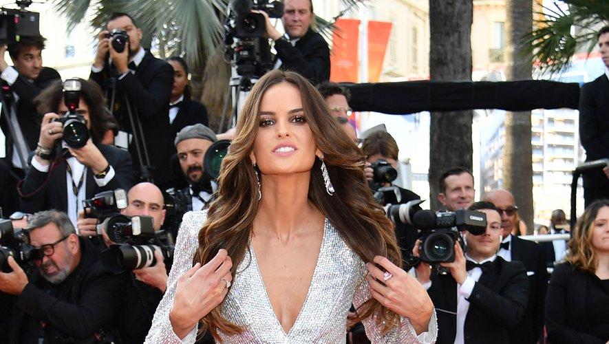 Izabel Goulart a troqué ses éternels dos nus contre un sublime costume féminin, fendu au niveau de la cuisse gauche, signé Zuhair Murad Couture. Cannes, le 16 mai 2019.