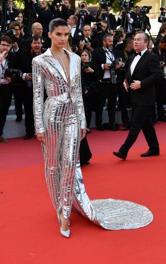 Sara Sampaio s'est démarquée dans un costume féminin couleur argent, brodé de détails brillants, signé Rami Kadi. Cannes, le 16 mai 2019.