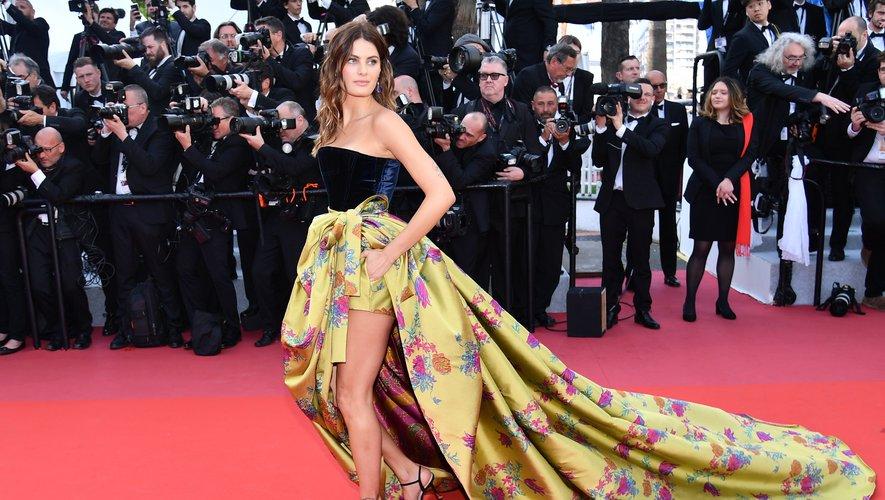 Isabeli Fontana a foulé le tapis rouge dans un ensemble aussi glamour que printanier, composé d'un bustier en velours et d'une jupe recouverte de fleurs. Le tout signé Etro. Cannes, le 16 mai 2019.