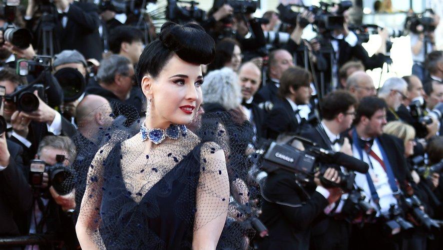 Comme à son habitude, Dita Van Teese était divine dans cette longue robe noire recouverte d'un voile, signée Alexis Mabille. Cannes, le 16 mai 2019.