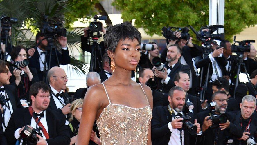 Maria Borges a monté les marches du Palais des festivals dans une robe transparente ornée de plumes, signée Roberto Cavalli. Cannes, le 16 mai 2019.