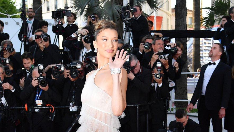 Bella Hadid a fait une apparition dans une longue robe d'un blanc immaculé, subtilement transparente, signée Dior Haute Couture. Cannes, le 16 mai 2019.