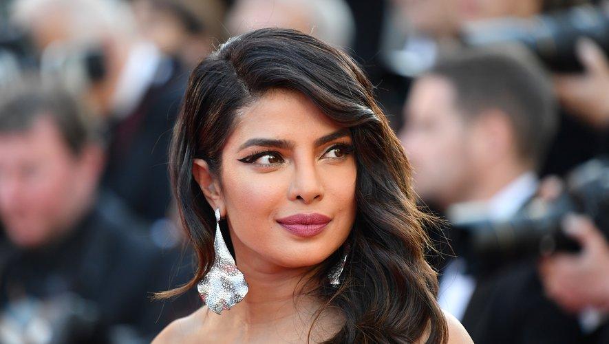 Le regard de Priyanka Chopra est souligné d'un épais trait d'eyeliner. Un choix associé à une bouche rose et à une cascade de jolies boucles coiffées sur le côté. 16 mai 2019