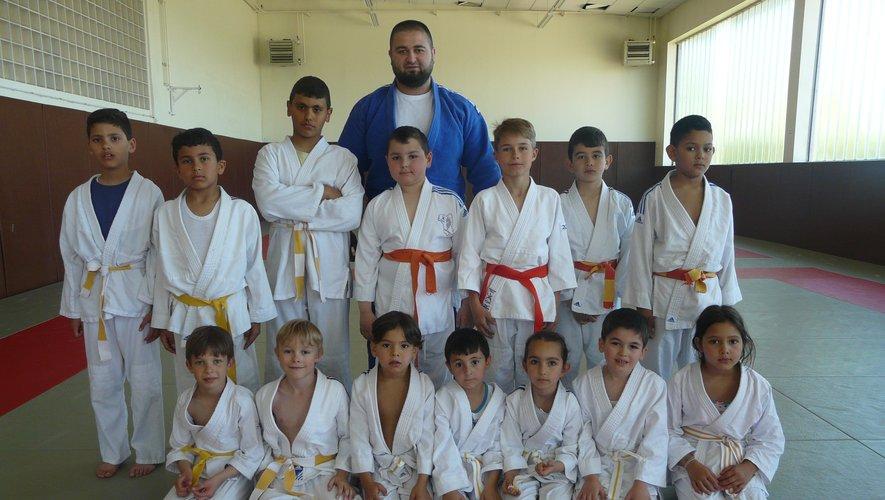 Islam (CN  4° dan) avec un de ses groupes de jeunes.