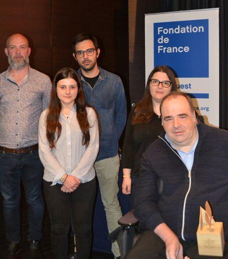 Pierre Raynal, initiateur et pilote du projet, élu APF France handicap en Aveyron et Jean-Michel Nicolas, chef de projet Habitat pour l'Occitanie, entourés de leur équipe.