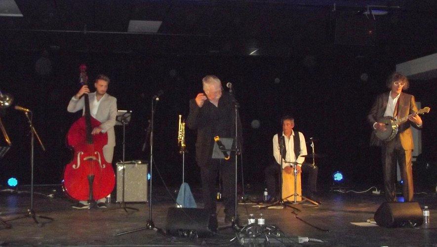 Les quatre musiciens autour de Mans de Breish sur scène à l'Espace Antoine de St-Exupéry.