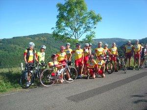 Les 'rouleurs' du club , lors d une de leur innombrables sorties à vélo