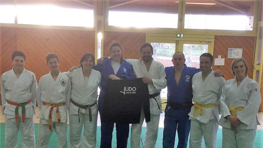 Un maillot aux couleurs du club offert à Chloé, néo championne d'Occitanie.