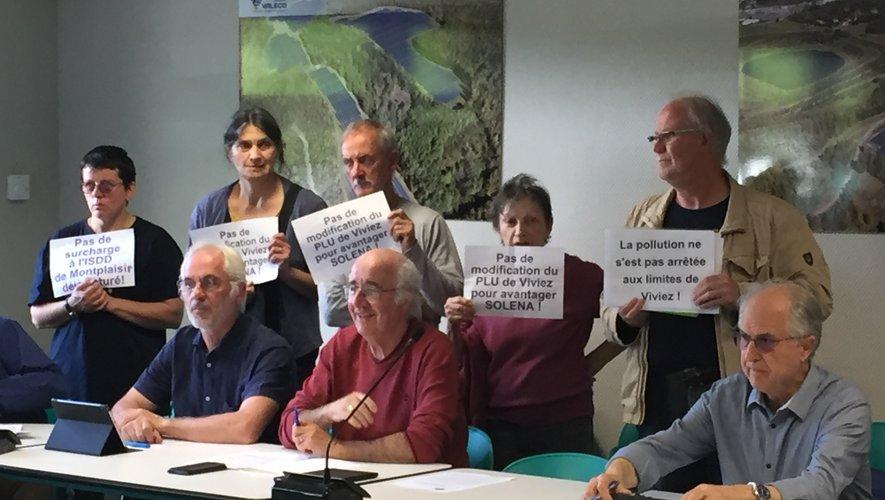 Le groupe de manifestants a affiché ses revendications au cours de la séance du conseil communautaire.