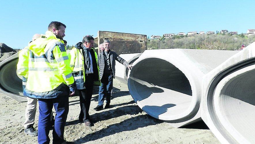 Ce chantier, d'une haute technicité, nécessite la pose de buses de forme ovoïde d'un poids de 2 tonnes.