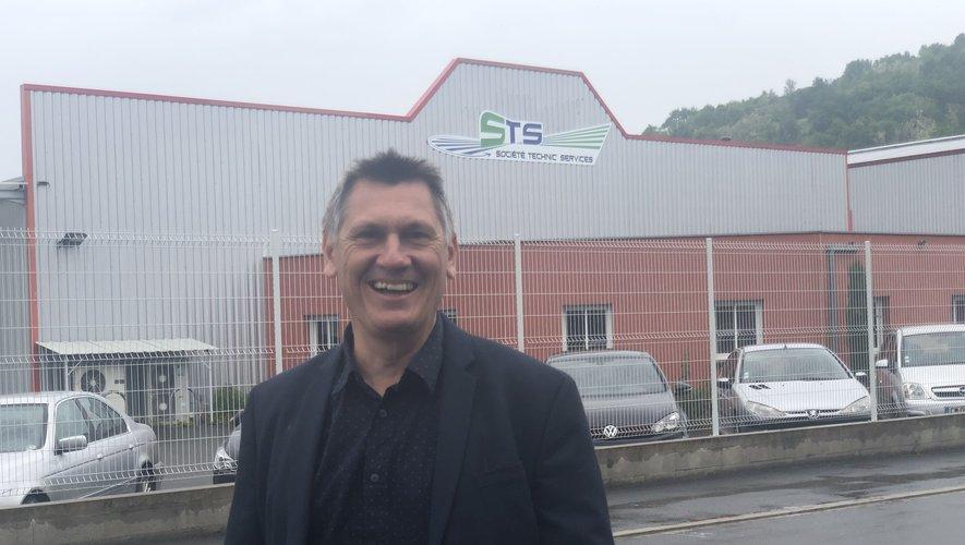 Stéphan Mazars devant les bureaux de sa société STS, rue de la Renaissance, à Decazeville.
