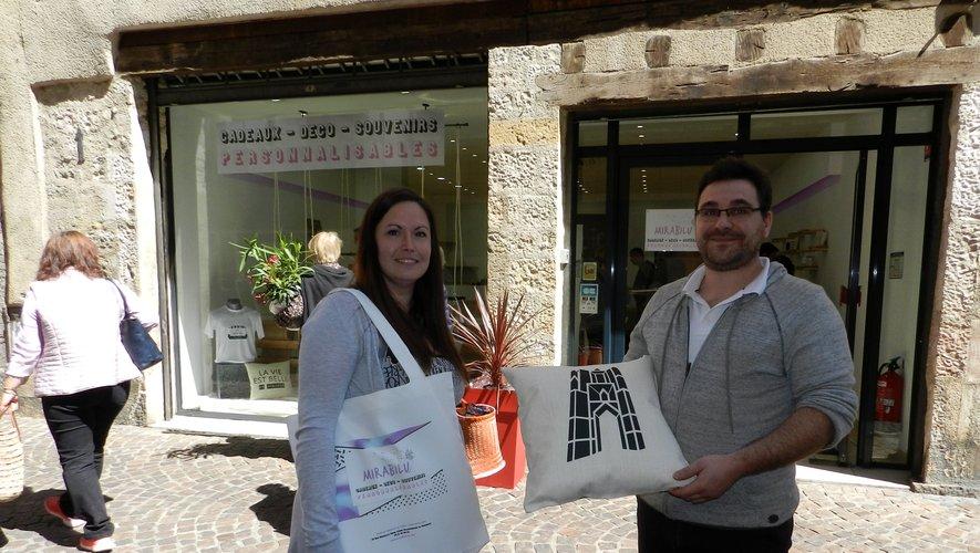 Julie Raffy et Guillaume Lasserre devant leur boutique.