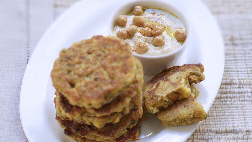 Pancakes de légumes mélangés et crème de pois chiche
