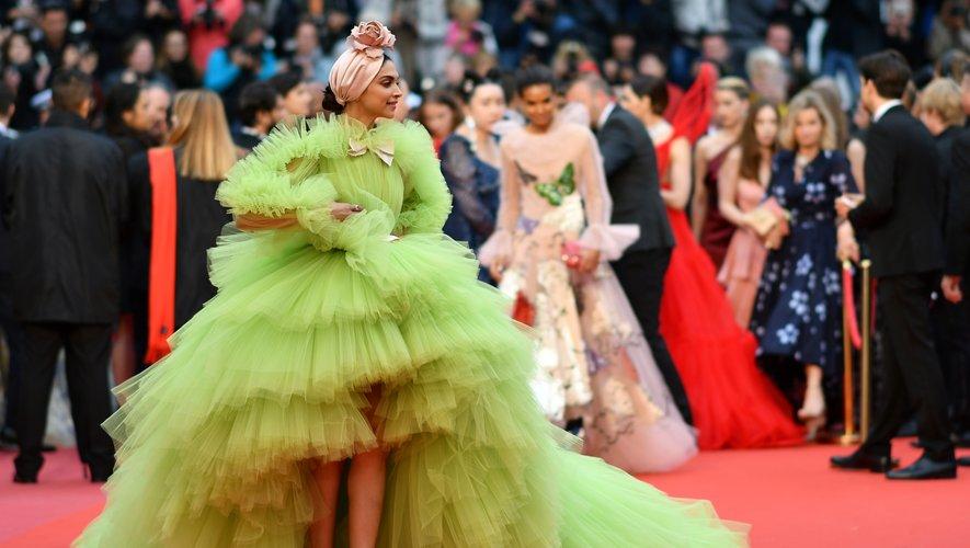 Deepika Padukone a fait sensation dans une imposante robe entièrement recouverte de tulle vert, signée Giambattista Valli Haute Couture. Cannes, le 17 mai 2019.