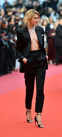 Anja Rubik a choisi le chic - un brin sexy - d'un costume féminin noir signé Saint Laurent by Anthony Vaccarello. Cannes, le 17 mai 2019.