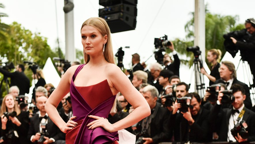 La couleur était également au rendez-vous avec Toni Garrn, qui s'est illustrée dans une robe asymétrique avec un spectaculaire drapé et une traîne, signée Ralph & Russo. Cannes, le 18 mai 2019.