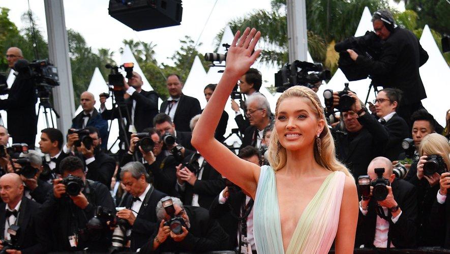 Elsa Hosk a choisi la légèreté d'une longue robe arc-en-ciel agrémentée d'une longue traîne, signée Etro. Cannes, le 19 mai 2019.