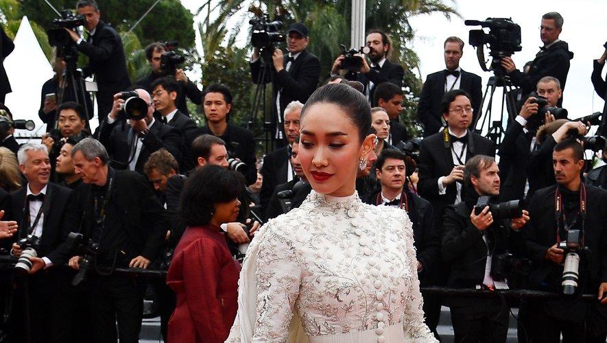 Peechaya Wattanamontree a fait une arrivée remarquée sur la Croisette, arborant une imposante robe brodée, agrémentée d'une cape, signées Ashi Studio Couture. Cannes, le 19 mai 2019.