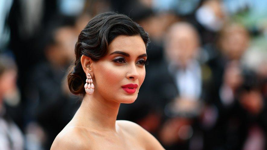 L'actrice indienne Diana Penty a affiché une bouche rouge aux tonalités orangées pour revisiter le style hollywoodien classique, avec un smoky en prime pour un maximum d'effet. Ses ondulations capillaires forment une élégante coiffure crantée.