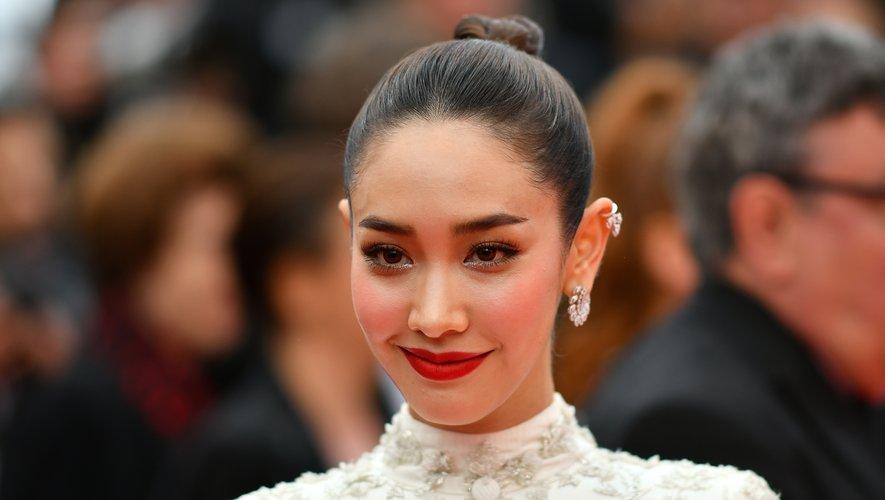 Le top thaïlandais Nattasha Bunprachom a associé un rouge à lèvres rouge intemporel à un chignon haut au style contemporain et à une dose de blush rosé moderne. 19 mai 2019