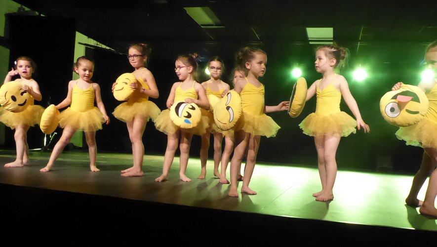 Quelques élèves de Mandy Cavarroc sur scène.