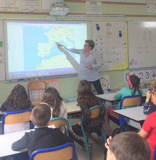 La Lucoise Magalie montrant aux élèves les différentes étapes de son  parcours .
