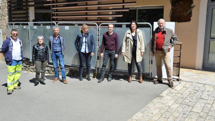Le maire (à droite sur la photo) et son équipe d'employés et d'adjoints s'organisent pour les élections européennes du dimanche 26 mai.