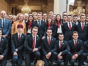 Baptiste Fabre (debout 2e à gauche), Louis Solignac (accroupi 2e à droite) ont été reçus par Emmanuel Macron avec tous les membres de l'équipe de France.