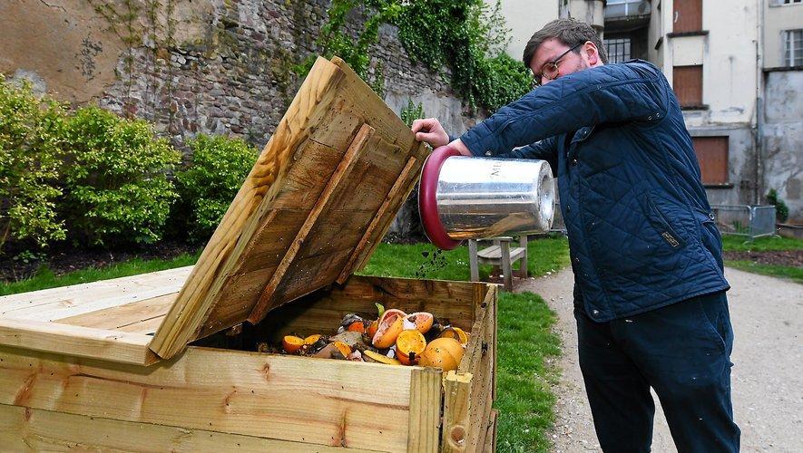 Les cafetiers valorisent le marc de café directement dans les composteurs de la ville.