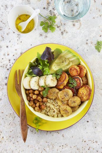 Buddha bowl au quinoa, bananes fraîches et rôties, patates douces, pois chiches, avocat et laitue