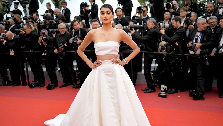 Neelam Gill a elle aussi jeté son dévolu sur une tenue d'un blanc immaculé, composé d'une brassière et d'une jupe agrémentée d'une traîne XXL, signés Nicole Felicia Couture. Cannes, le 20 mai 2019.