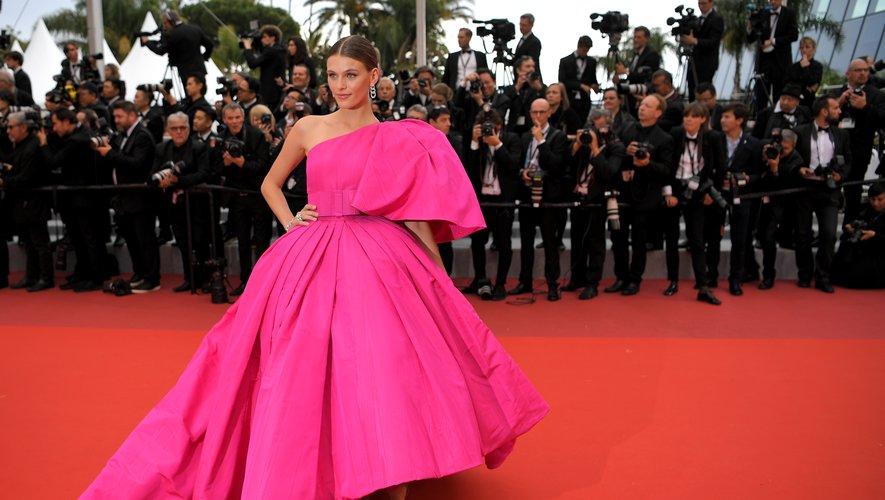 Madison Headrick a opté pour de la couleur sur le tapis rouge cannois, s'illustrant dans une sublime robe asymétrique Ashi Studio. Cannes, le 20 mai 2019.