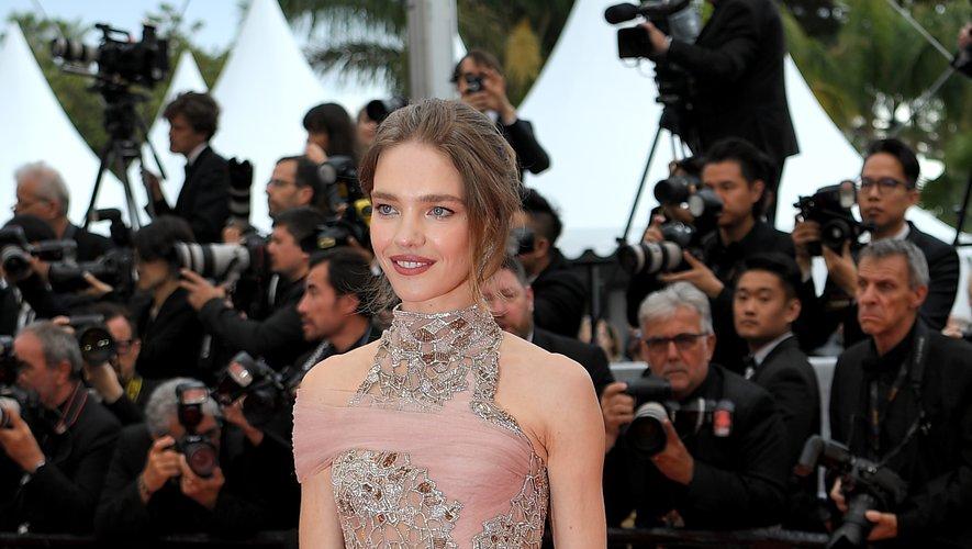 Natalia Vodianova a fait une arrivée remarquée sur la Croisette, arborant une somptueuse robe semi-transparente brodée, signée Atelier Versace. Cannes, le 20 mai 2019.