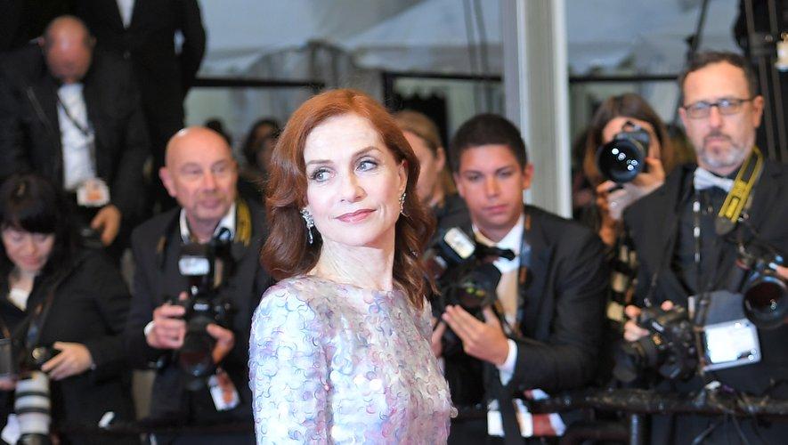 Isabelle Huppert a illuminé le tapis rouge cannois grâce à son charisme, sa prestance, et sa robe scintillant de mille feux, signée Armani Privé. Cannes, le 20 mai 2019.