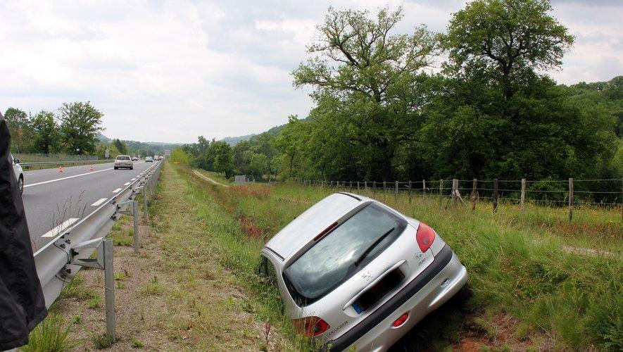 Le véhicule s'est immobilisé dans le fossé.