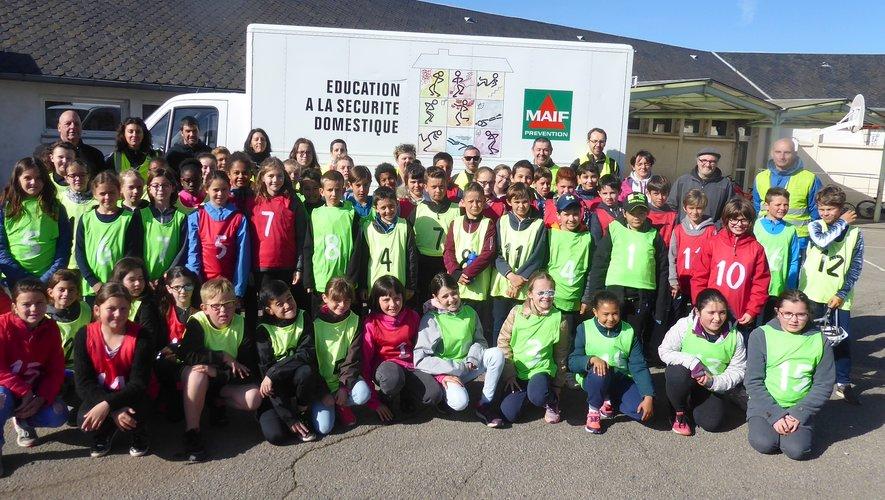 Les participants à cette journée de prévention routière réunis dans la cour de l'école Jean-Boudou.